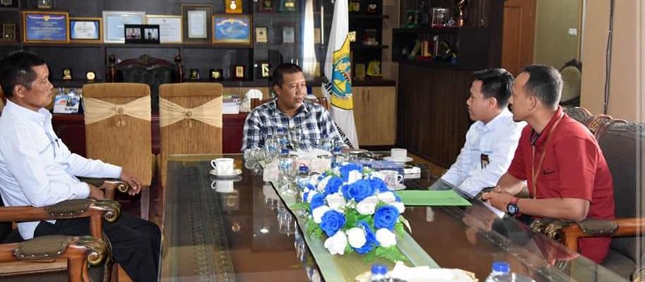 Bupati Tanjung Jabung Timur Romi Hariyanto berdialog dengan PLN