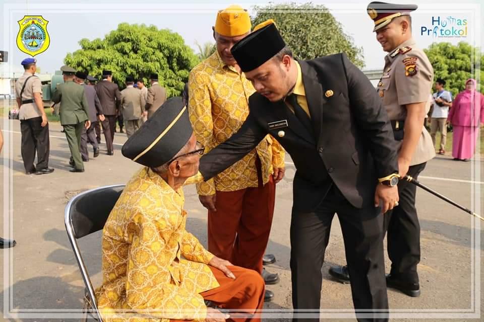 Wakil Bupati Tanjung Jabung Timur Robby Nahliansyah bersama veteran