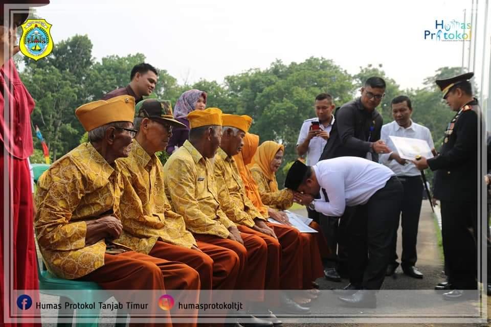 Wakil Bupati Tanjung Jabung Timur Robby Nahliansyah menyerahkan talikasih kepada veteran