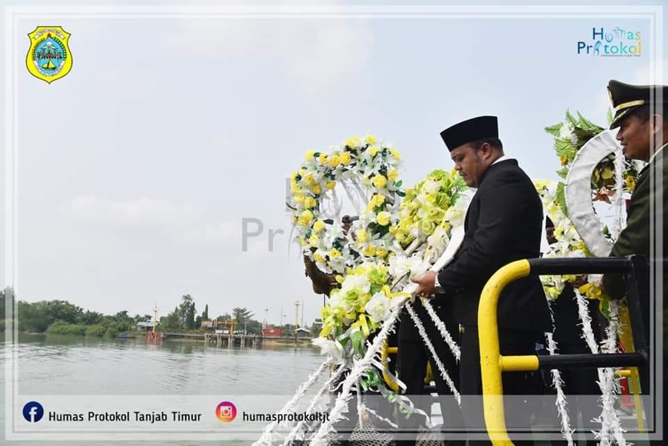 Larung Bunga di Sungai Batang Hari
