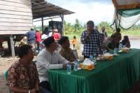 Bupati Tanjung Jabung Timur Romi Hariyanto menjawab pertanyaandari warga saat sesi dialog