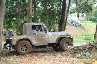 Bupati Tanjung Jabung Timur Romi Hariyanto ikut berpartisipasi langsung mengendarai mobil offroad